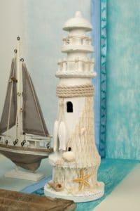 Maritime Deko mit Dekovlies in blau und türkis, mit Leuchtturm und Segelschiff -