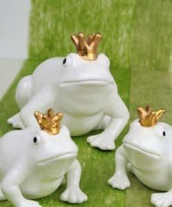 weisse Froschkönige auf (gras) grünem Dekovlies