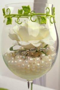 Tischdeko - Glas mit Perlen und Rose gefüllt
