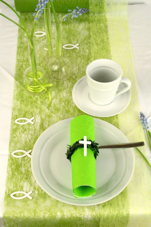 Tischdeko mit Dekovlies in hellgrün/dunkelgrün