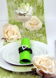 Tischdeko mit grünem Dekovlies und grossen Rosen in creme -